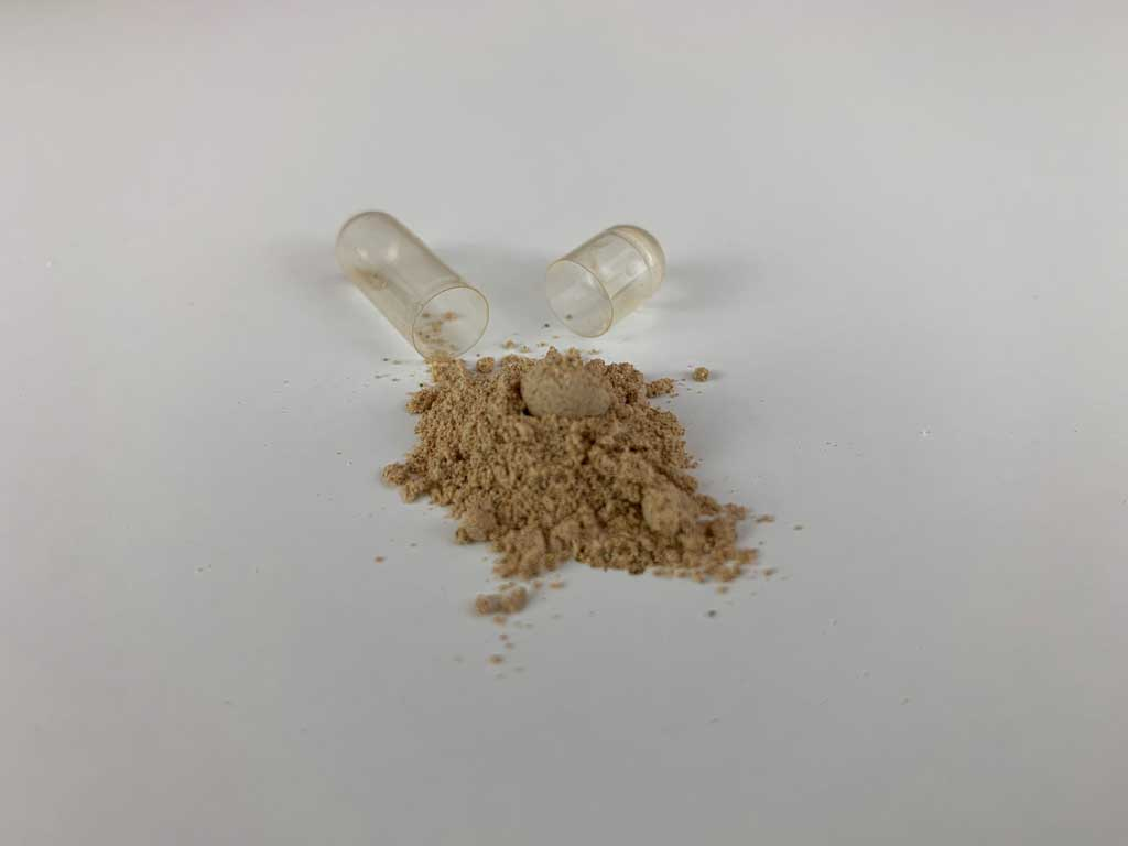 Kapsel Potenzmittel Blue Vitalis geöffnet mit Potenzpulver